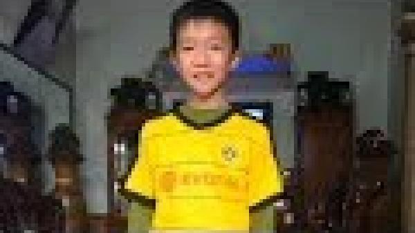 Cậu bé 11 tuổi Hà Tĩnh gây sốt với những pha rê bóng ảo diệu như Messi