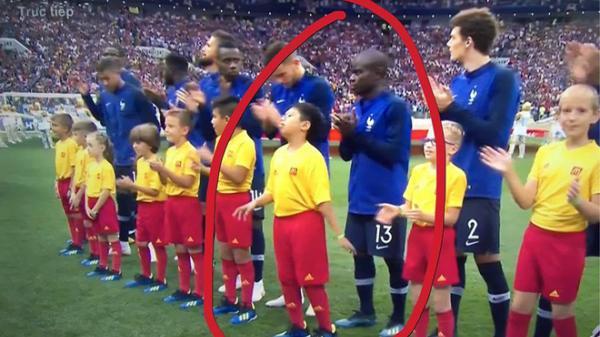 Cậu bé 10 tuổi người Việt Nam cầm tay nhà tân vô địch ra sân trong trận chung kết World Cup