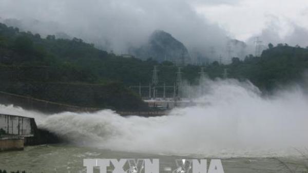 Mực nước các sông, suối, hồ tại Hòa Bình lên cao gây ngập úng, ách tắc giao thông tại nhiều điểm