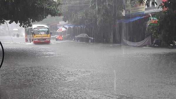 Mưa lớn kéo dài khiến nhiều tuyến phố ở Hà Tĩnh ngập nặng