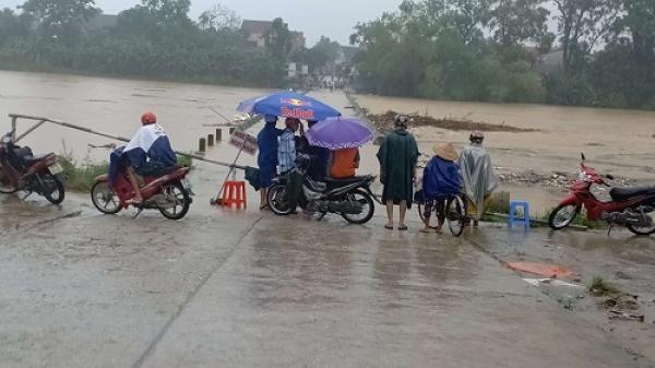 Hà Tĩnh: Bất chấp cảnh báo nguy hiểm, người dân vẫn liều mình vớt củi