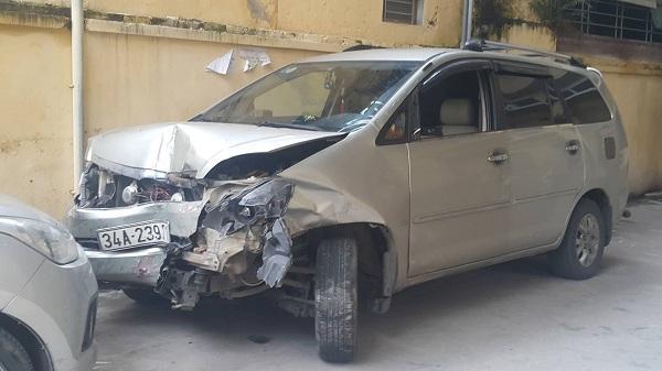 Hải Dương: Kinh hoàng ô tô điên lao thẳng vào cửa hàng sau khi gây tai nạn liên hoàn, nhiều người bị thương