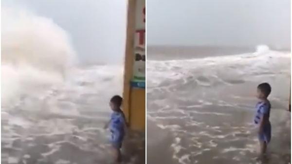 CLIP khiến nhiều người không khỏi thót tim: Con một mình đứng chơi cùng với lớp sóng lớn bên bờ biển, mẹ thản nhiên ngồi quay video
