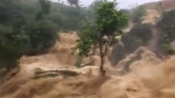 """Nhiều huyện miền núi tỉnh Sơn La, Hòa Bình """"căng mình"""" hứng chịu lũ quét"""