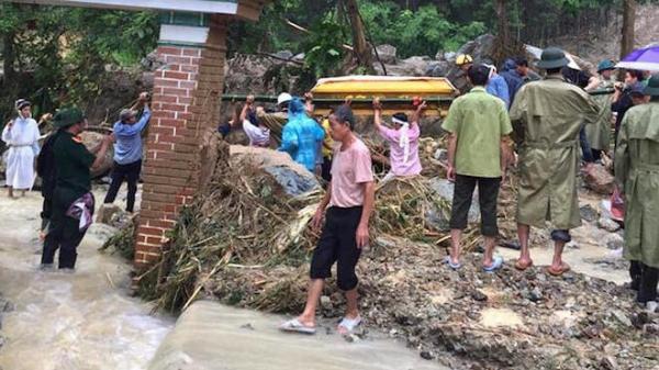 Vụ cả gia đình bị nước lũ cuốn: Xót xa cảnh gia đình vác 2 quan tài đi trong nước lũ