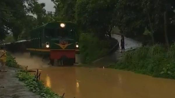 Người dân đổ ra xem tàu hỏa chạy trong nước ngập lụt chẳng khác gì... tàu thủy