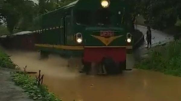 Sửng sốt ngỡ đoàn tàu hỏa lao vun vút trên sông