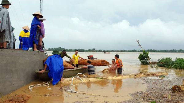 Bất chấp nguy hiểm, người dân Phú Thọ vẫn vớt gỗ trên sông mùa mưa lũ