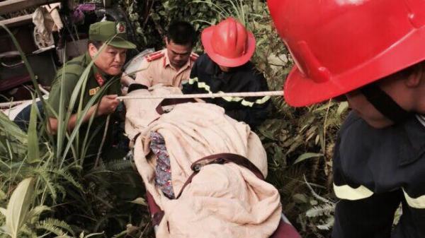 Kinh hoàng xe giường nằm lao xuống vực vỡ nát, 4 người tử vong, nhiều người bị thương nặng