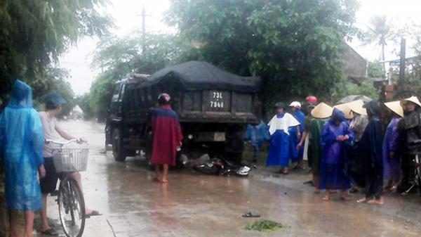 Ôtô chở đất cuốn cô gái 18 tuổi cùng xe máy vào gầm