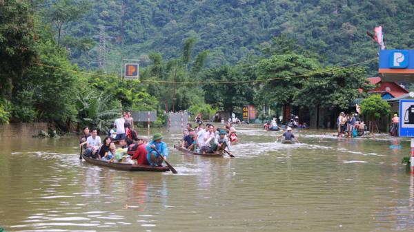 Hòa Bình: Khẩn trương hỗ trợ người dân di chuyển qua khu vực ngập sâu tại ngã ba Tòng Đậu