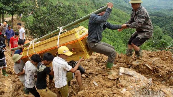 Đám tang đẫm nước mắt Yên Bái: Dầm mưa, trèo đèo, lội suối đưa thi thể Phó bí thư xã bị lũ cuốn trôi về an táng