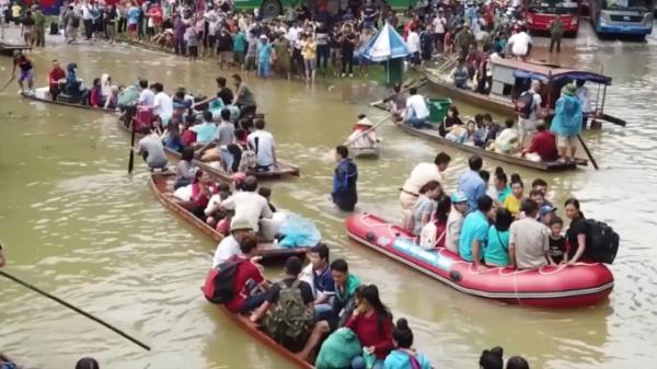 Flycam quốc lộ 6 đoạn qua Hòa Bình chìm trong biển nước, thuyền bè tấp nập ngược xuôi