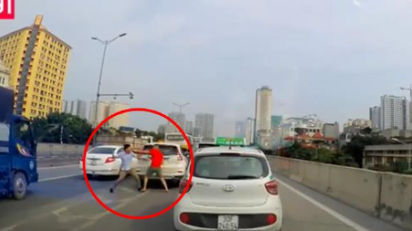 Va chạm giao thông nhẹ, 2 tài xế lập tức lao vào giao đấu mà không nói một lời