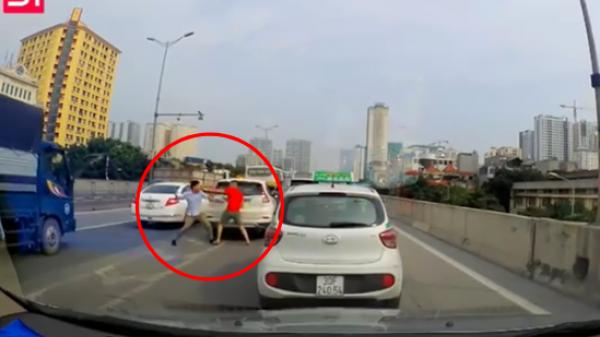 Sau va chạm giao thông nhẹ, 2 tài xế lập tức lao vào nhau giao đấu mà không nói một lời
