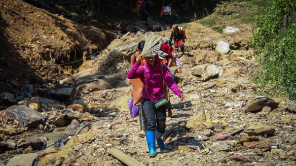 4 ngày sau lũ, nhiều bản làng ở Yên Bái vẫn bị cô lập