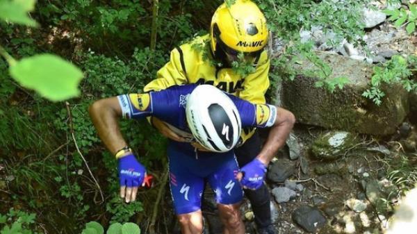 Kinh hoàng khoảnh khắc tay đua người Bỉ rơi xuống vực khi đang đổ đèo