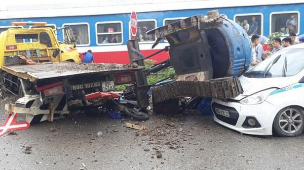 Húc gãy barie, tạt đầu tàu gây tai nạn đường sắt ở Hưng Yên