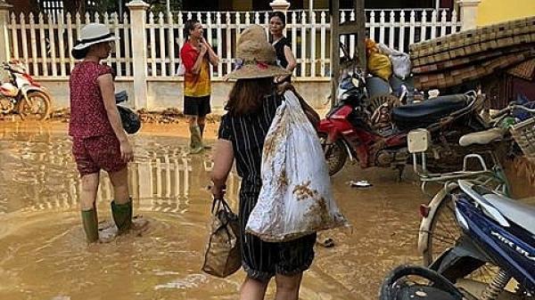 """Phú Thọ: Người dân """"đánh vật"""" với bùn sau khi nước lũ rút"""