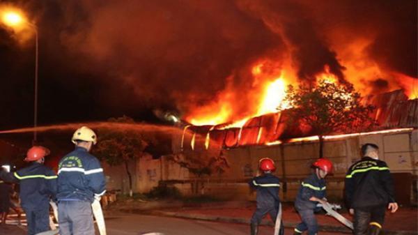 Hưng Yên: Cháy ngùn ngụt ở chợ Gạo, lửa khói bốc cao hàng chục mét