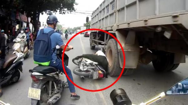 Clip sốc: Người đàn ông đi xe máy lấn làn rồi ngã thẳng vào gầm xe tải nhưng thoát chết thần kỳ