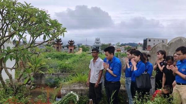 Viếng mộ phóng viên Đinh Hữu Dư- người con quả cảm của mảnh đất Ninh Bình hy sinh trong cơn lũ dữ ở Yên Bái