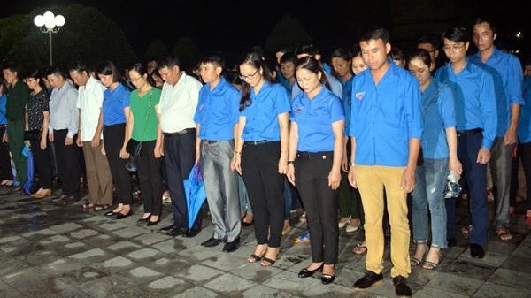 Điện Biên: Hơn 400 ĐVTN thắp nến tri ân tại Nghĩa trang liệt sĩ Độc Lập