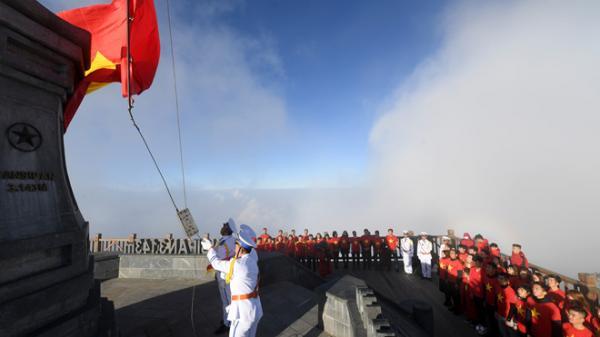 Sun World Fansipan Legend tổ chức lễ thượng cờ trên đỉnh Đông Dương