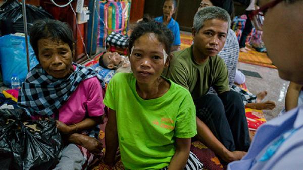 Người cha Lào bất lực nhìn lũ cuốn trôi hai con gái