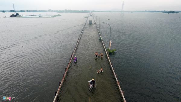 Đường ngoại thành Hà Nội biến thành bãi tắm sau mưa lớn và thủy điện Hòa Bình xả lũ