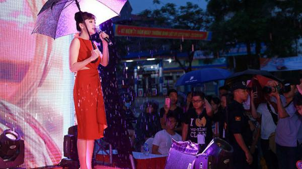 Hàng trăm khán giả đội mưa nghe Bích Phương hát ở Phú Thọ