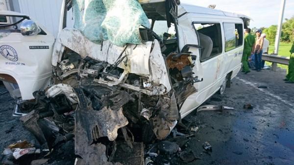 Tai nạn kinh hoàng: Xe đi rước dâu đâm vào container, 13 người tử vong
