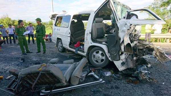 Tai nạn KINH HOÀNG: Xe rước dâu đâm vào container, 13 người t.ử vong