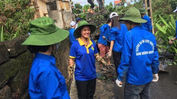 Nữ tình nguyện viên Hưng Yên vừa lội nước vừa vui vẻ đàn hát gây bão mạng