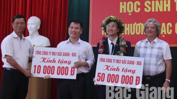 Tỉnh Bắc Giang khen thưởng em Trịnh Duy Hiếu giành Huy chương Bạc Olympic Vật lý quốc tế năm 2018
