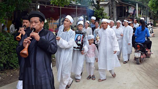 Vụ tai nạn rước dâu 13 người c.hết: Từ đường Nguyễn Khắc phủ trắng khăn tang