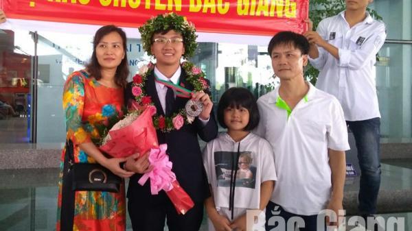 Thầy cô, người thân và bạn bè chào đón Trịnh Duy Hiếu giành Huy chương Bạc Olympic Vật lý quốc tế năm 2018