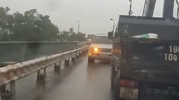 Phú Thọ: Lao ngược chiều trên cầu, ô tô con bị xe tải ép lùi