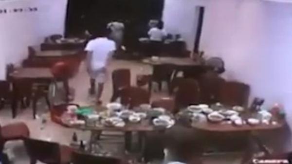 Video: Nhân viên quán ăn giải cứu thực khách khỏi nhóm côn đồ cầm hung khí truy sát