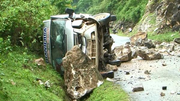 Đá lăn đè nát xe ôtô 16 chỗ, nhiều người bị thương nặng