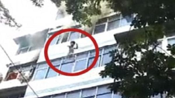 Cháy chung cư: Người mẹ tuyệt vọng ném con từ tầng 4 xuống đất