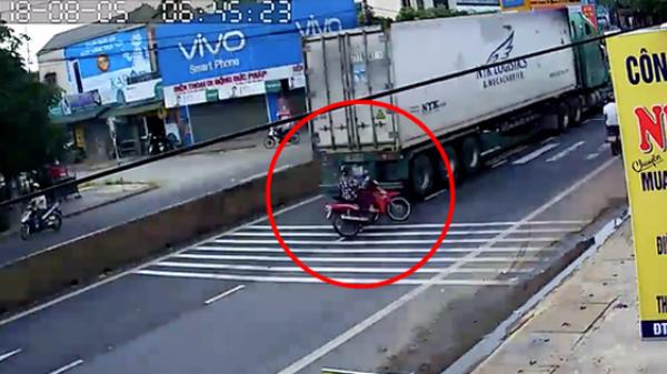 """Sang đường mà """"quên"""" quan sát, nữ ninja lao vào container nhưng may mắn thoát chết"""