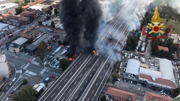 Nổ xe bồn chở dầu gây sập cầu, 70 người bị thương ở Italy