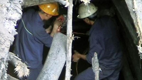 2 tiếng liên tục đào bới tìm xác công nhân Yên Bái tử vong dưới hầm than