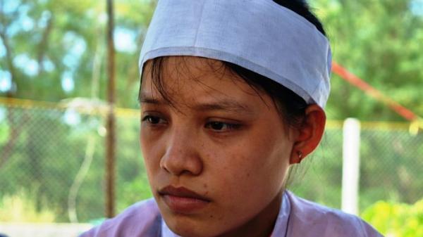 RỚT NƯỚC MẮT: Nữ sinh đeo 2 vành tang cha và bà đi thi đã đỗ đại học