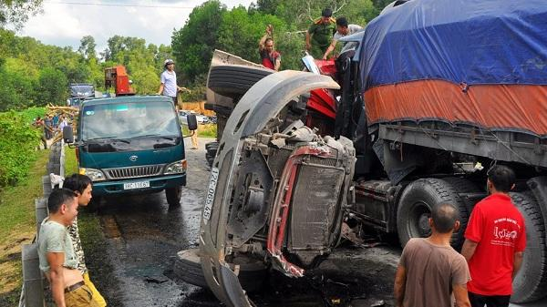 KINH HOÀNG: Hai xe container đấu đầu sau tiếng nổ lớn, 2 tài xế t.ử v.ong