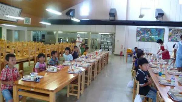 """Chỉ một bữa trưa của học sinh tiểu học đã cho thấy người Nhật bỏ xa thế giới ở lĩnh vực """"trồng người"""" như thế nào"""