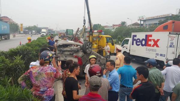 Bị container hất bay, 5 người trên xe con may mắn thoát chết
