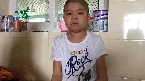 """Lai Châu: Những cơn """"vật thuốc"""" đầy đau đớn của cậu bé mắc bệnh ung thư máu"""