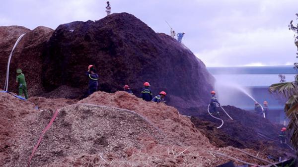 """100 cảnh sát lao vào """"biển lửa' cứu kho gỗ dăm"""